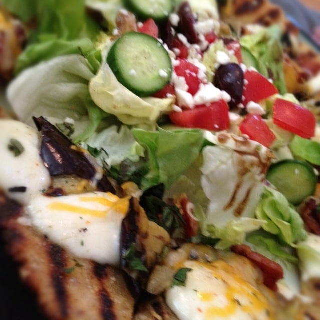 Veggie Blast Week, Part 1: Mediterranean (inspired) flatbread and salad